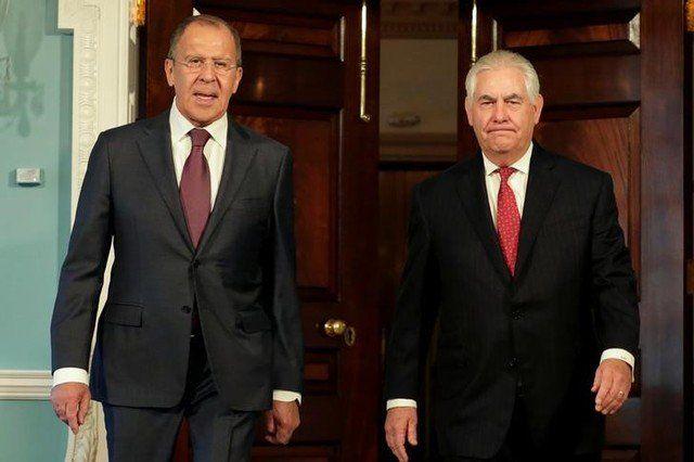 Tillerson y Lavrov mantendrán esfuerzos diplomáticos por Corea del Norte - Foto de archivo del secretario de Estado de EEUU, Rex Tillerson (D) y el ministro de Relaciones Exteruiores de Rusia, Sergey Lavrov, antes de una reunión en Washington. May 10, 2017. REUTERS/Yuri Gripas WASHINGTON (Reuters) – Estados Unidos y Rusia acordaron mantener los esfuerzos ... - https://notiespartano.com/2017/12/28/tillerson-lavrov-mantendran-esfuerzos-diplomaticos-corea-del-norte/