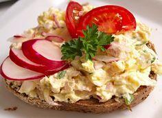 Tvarohová pomazánka s vejci, šunkou a ředkvičkami