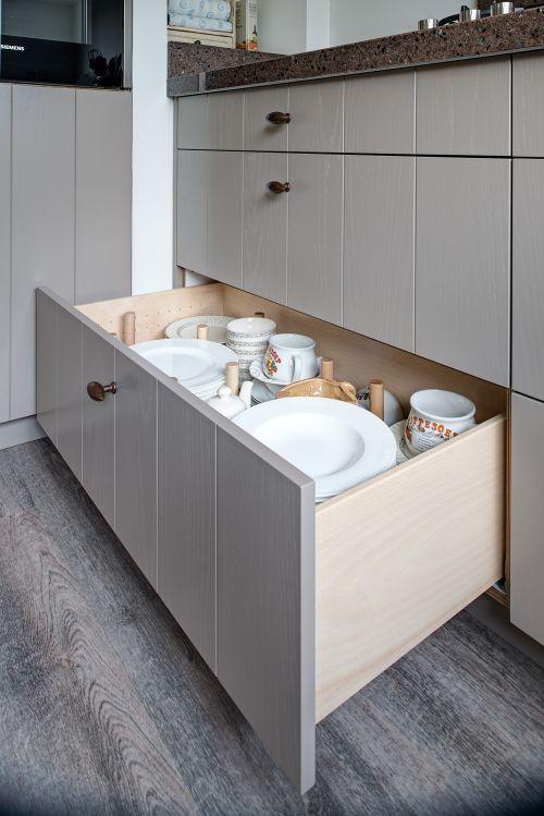 Licht grijze landelijk moderne keuken met houten laden | fronten: gelakt in…
