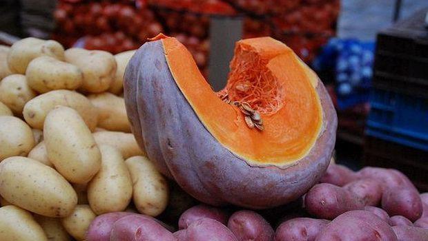 Come preparare la zucca e patate gratinate al forno: ottima come contorno per cena