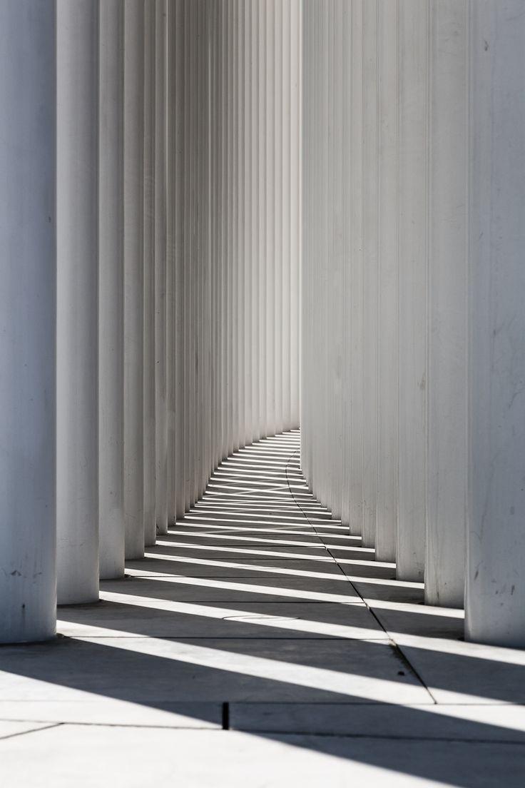 La Philharmonie, ses colonnes et ses ombres - Place de l'Europe, Kirchberg, Grand-Duché de Luxembourg