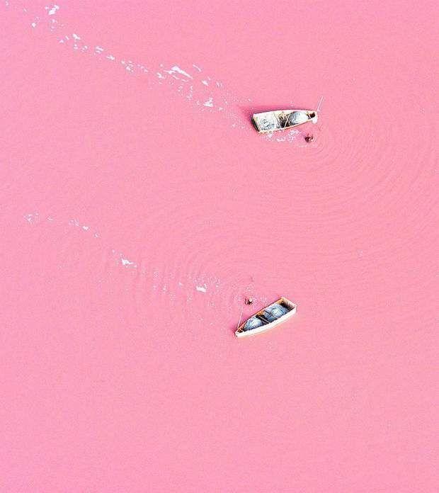 Le lac rose du SénégalLe lagon Retba (Sénégal), situé au large de l'océan Atlantique, est complètement… rose! Entouré de dunes et peu profond, ce lac de 3 km2 tient sa teinte particulière des organismes microscopiques qui l'habitent: des cyanobactéries. Ces dernières diffusent un pigment rouge pour se protéger de la concentration en sel, plus forte lorsque le vent est sec. Plus le temps est sec, plus la teinte du lac est saturée.Voir l'épingle sur Pinterest / Via twitter.com