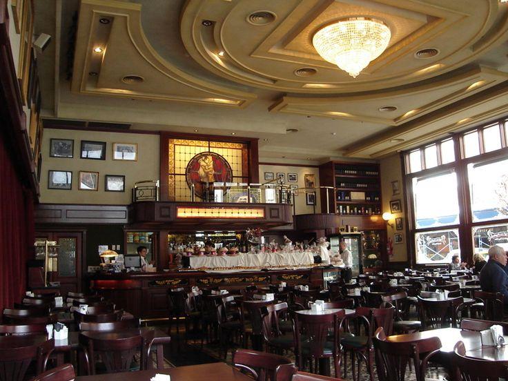 """Café de los Angelitos.1890. Es un café de tango histórico .Era el lugar en el que Carlos Gardel estableció su """"barra"""" a partir de 1912, cuando comenzó su carrera artística formando dúo con José Razzano. Rivadavia y Rincón, barrio de Balvanera. Buenos Aires.Es Bar Notable."""