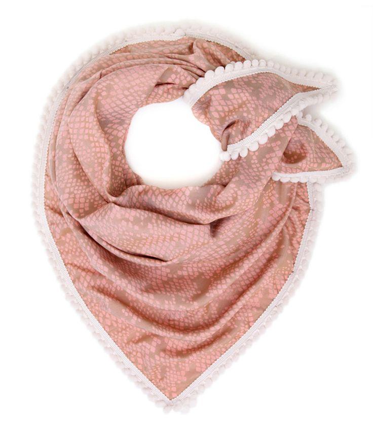 De shawl Mellow van Pom Amsterdam is een vrolijke roze sjaal met licht bruine accenten. De shawl is afgewerkt met een witte rand met bolletjes, wat de sjaal extra karakter geeft.