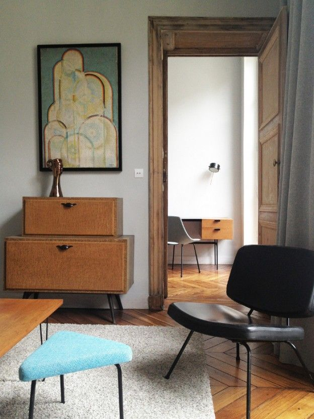 Parisian apartment by interior designer Charlotte Vauvillier, including furniture by Pierre Guariche, such as the Amsterdam-chair (1954) and CM 141 desk by Pierre Paulin (1960s). / Design Source Book