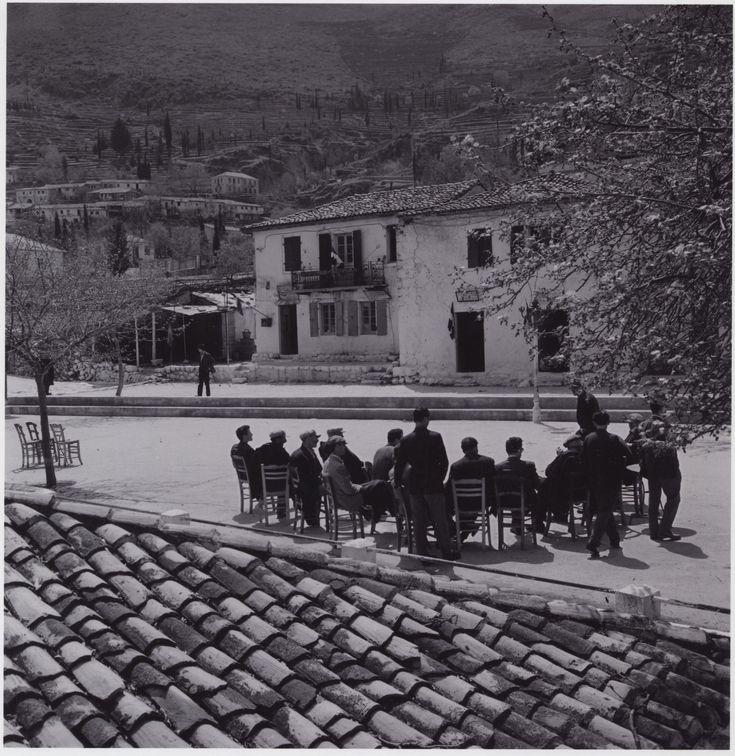 1958. Πλατεία της Καρυάς.