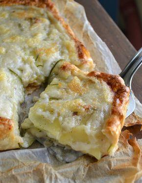 Torta salata zucchine e patate cremosissima e filante. Un piatto dal ricco ripieno sfizioso e sostanzioso assolutamente da provare per una cena veloce!