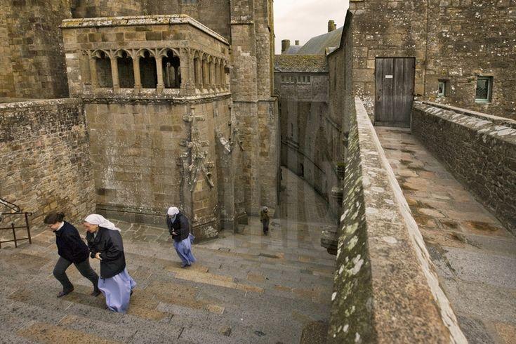 Les moniales de la Fraternité Monastique de Jérusalem gravissent les escaliers menant du monastère à l'église abbatiale à l'occasion de la messe du dimanche matin.