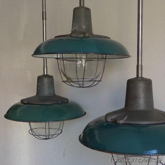 Robuste grüne Fabrikleuchten mit gusseisernen Oberteilen und Schutzgläser. Die schöne grüne Emaille Schirme haben Aufschriften. Diese Lampen haben in zwei Varianten auf Lager: mit Klarem Schutzglas und Strahlgitter (wie abgebildet) oder mit geriffeltem Schutzglas (wie hier). Die Lampen sind neu elektrifiziert und haben eine Aufhängung aus Stahlrohr mit Baldachin. Material: Gusseisen, Glas, Stahl, grün emailliertes Blech. Die Lampen sind mit E27-Porzellanfassungen ausgestattet und mit allen…