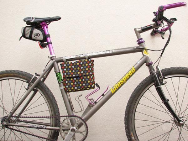 No importa tu edad, ya sea para ir al cole, para ir a trabajar o para pasear, la bicicleta es un medio de transporte que siempre es bienvenido. Pero claro, llevar muchas cosas puede ser muy peligroso, y no queremos que te caigas. Por eso, en esta ocasión te contamos como realizar este original bolso para tu bici. Podr