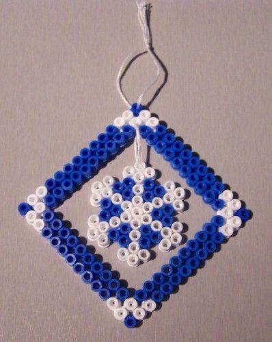 Coucou les filles, les premières grilles sur Noël sont apparus, les catalogues de jouets sont dans les maisons.... Je crois que ce sera bientôt là. Alors Manon a voulu faire des décos en perles Hama... Voici donc de jolies pendouilles : Une belle étoile...