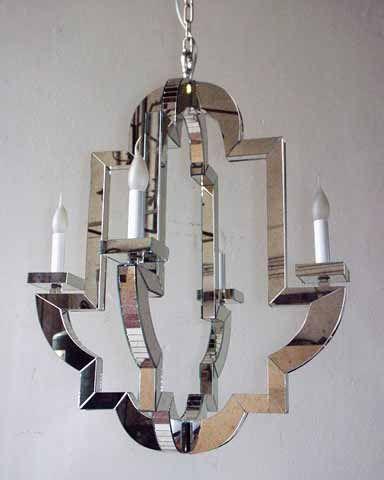 Lustre baroque dont le châssis est habillé de plaques de verre... www.i-lustres.com