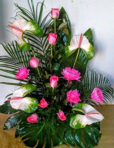 Centro de flores para cementerio de color fucsia