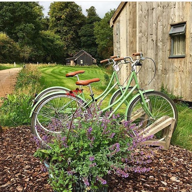 Basically #SohoFarmhouse is like living in the cabin from Overboard...but after Goldie Hawn cleaned it. Oh, and minus the kids. 🏚🛶🚲 @sfhmembers #TheHoliday