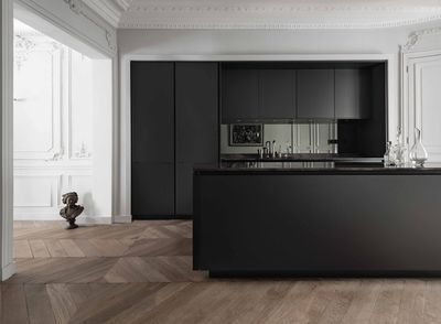 Une cuisine design en total look noir DANS UNE ALCOVE