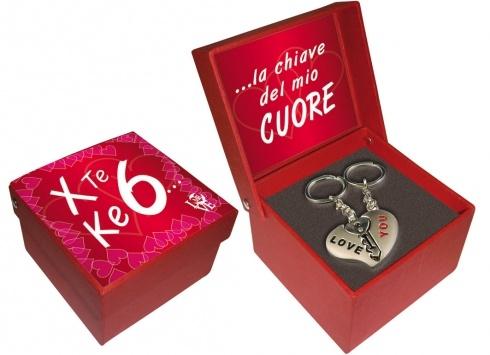 BOX/PORTACHIAVI X TE CHE 6 LA CHIAVE DEL. Doppio Portachiavi in metallo cromato con ciondolo a forma di cuore e chiave-confezionato in scatola regalo con coperchio color rosso dedica