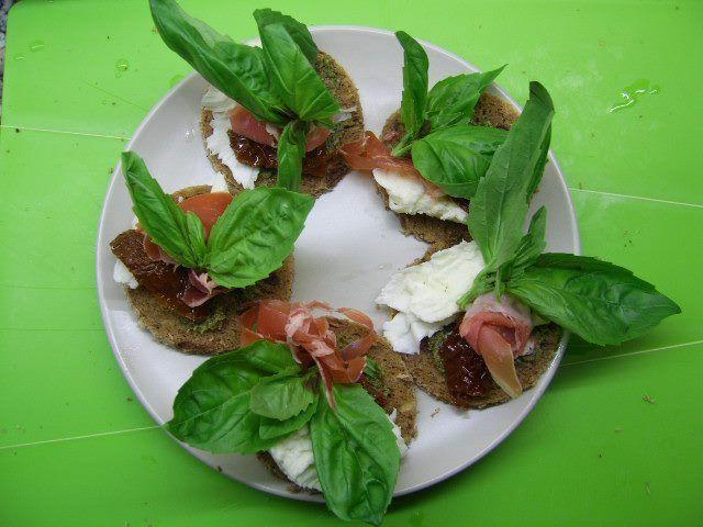 Speltbrood met Groniger buffel mozarella, livarham en basilicum