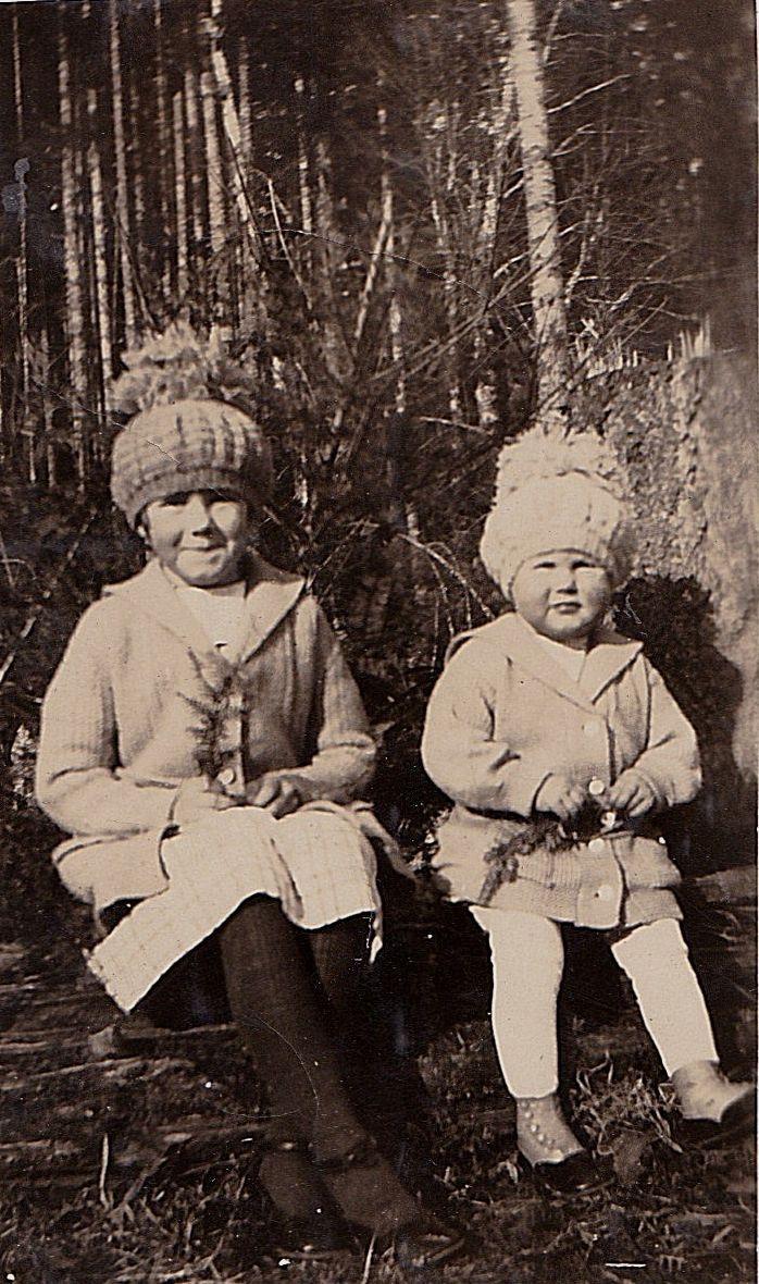 Старинная ФОТОГРАФИЯ две очаровательные маленькие девочки в отличные шапки в ярд | eBay