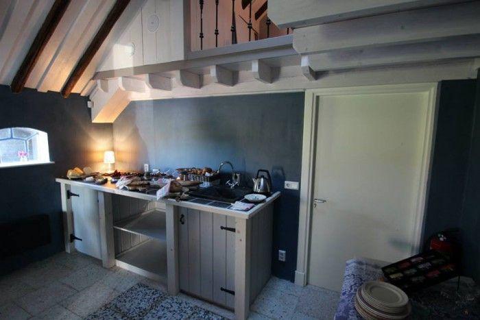 Een keuken in B&B de Ruigenhof, gemaakt met onze smeedijzeren scharnieren en handgrepen.