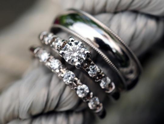 Обручальное кольцо: символ верности и счастья.  http://www.domashniy.ru/article/svadba/obruchalnye-kolca/obruchalnoe_kolco_simvol_vernosti_i_schastya.html