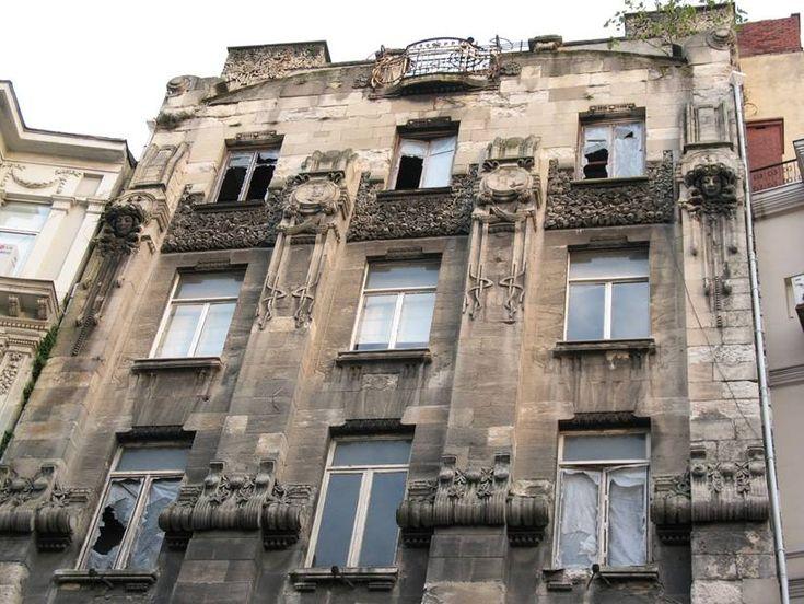 İstiklal Caddesi'nin Galatasaray tarafında, Hollanda Konsolosluğu'nun yanında yer alan Casa Botter İstanbul'da Art Nouveau etkisi taşıyan ilk eser. Yapı 1907 yılında, Sultan II. Abdülhamit'in resmi terzisi olarak Hollanda'dan davet edilen Bay Botter için inşa edilmiştir. Bay Botter sağlık sorunları nedeniyle ülkesine dönünce, Casa Botter de II.Abdülhamit'in seramiralinin oğlu Mahmut Nedim Efendi'ye satılmış. Eser D'Aranco'nun.