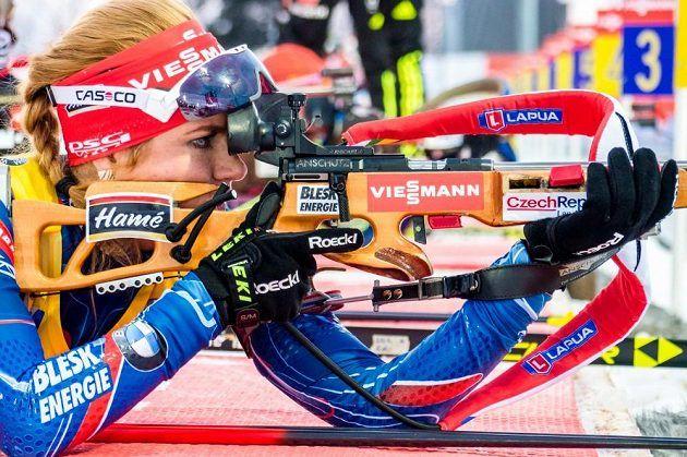Česká biatlonistka Gabriela Soukalová střílí vleže při stíhacím závodě žen ve švédském Östersundu.