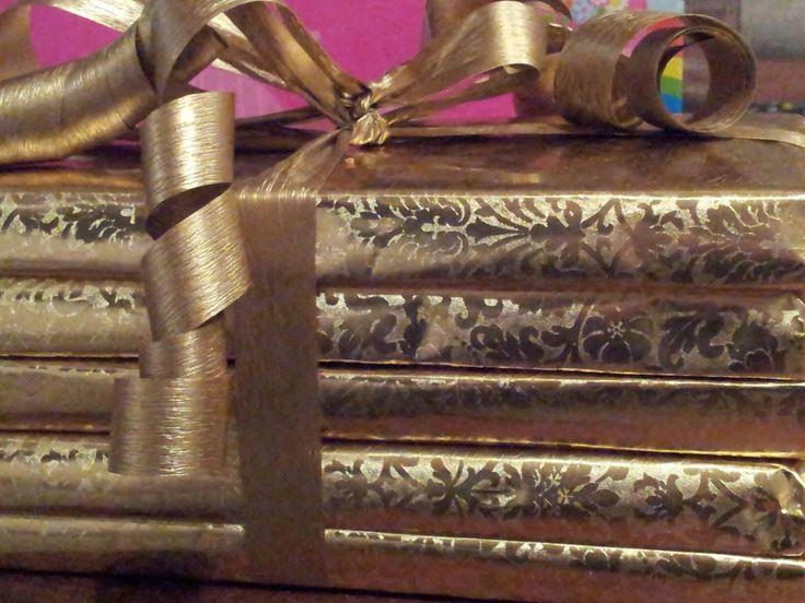 Jullie zijn goud waard! Afscheidscadeau kinderopvang. Chocoladerepen in goudpapier. Gouden strik. Voor lek juf een chocoladereep.