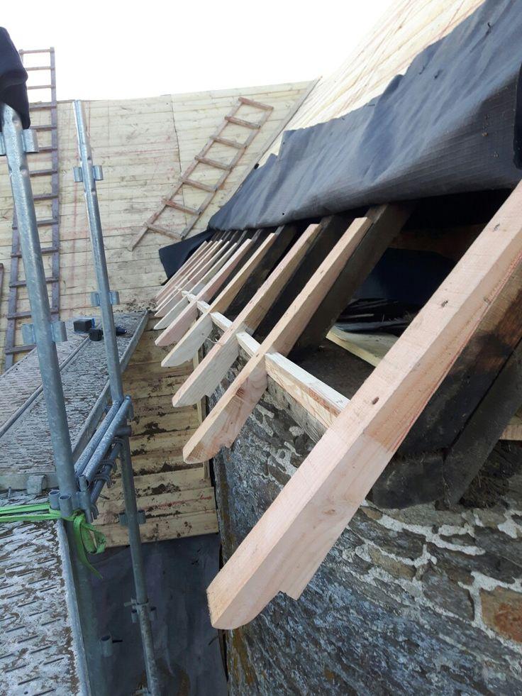 Coyaux sur la tour Ouest du manoir. #manoir #architecture #immobilier #travaux #chateaux #campagne #histoire #rénovation #bois #patrimoine #grosoeuvre #charpente #bretagne