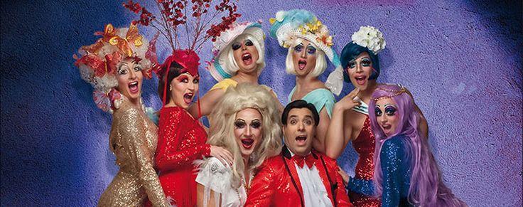 Números de drag queen, transformismo, canciones versionadas en castellano, voces y música en directo…Una comedia cuidada al mínimo detalle y un impresionante elenco de actores, cuerpo de baile y músicos.