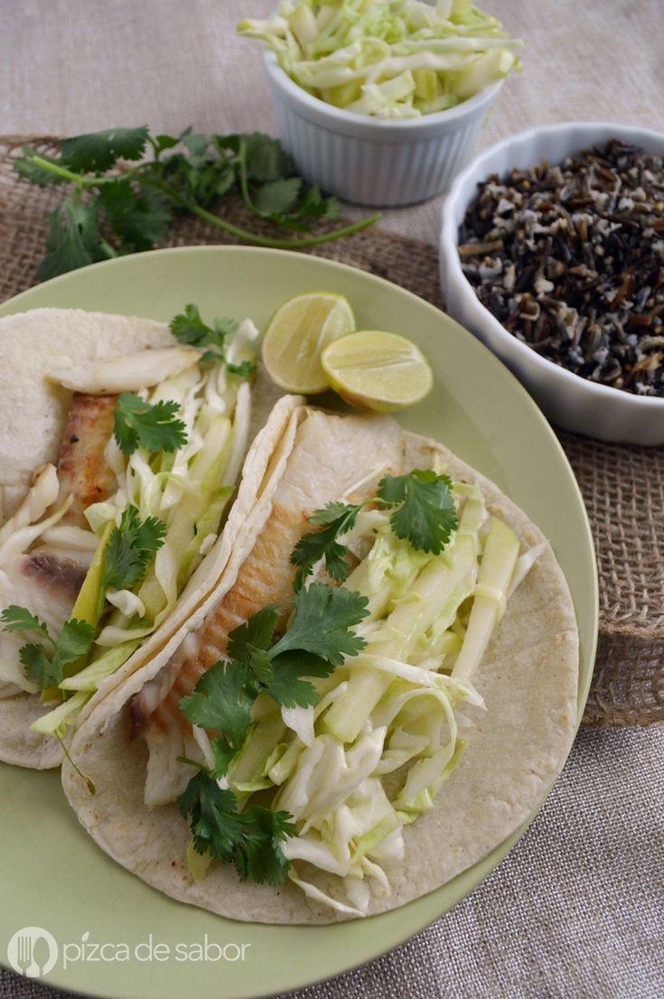 Tacos de pescado a la parrilla que se sirven en tortillas de maíz con una ensalada de repollo o col al limón. Muy fáciles de preparar y deliciosos!