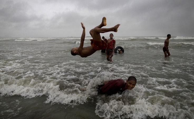 Jovens monges budistas se divertem no mar em Sittwe, na Ásia - http://revistaepoca.globo.com//Sociedade/fotos/2013/05/fotos-do-dia-14-de-maio-de-2013.html (Foto: AP Photo/Gemunu Amarasinghe)