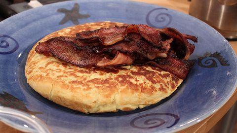 Skånsk äggakaka med stekt fläsk | SVT recept