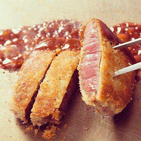 . ディナーブッフェでは世界の肉料理&ビールフェア開催中です♪ . ライブコーナーでは国産牛ランプ肉のビフカツです! . 豚バラ肉とキムチのサムギョプサル 鶏肉と野菜のタジン鍋 油淋鶏 豚ロース肉のサルティンボッカ ジンギスカン など世界のお肉料理をご用意しています♪ . . そして熊本県産の無農薬野菜のサラダやお料理 . . 男性3,200円 女性3,000円 . アルコール飲み放題は別途1,100円 . 5月7日まで!  #ホテルプラザオーサカ #ホテル #ディナー #ホテルディナー #ホテルバイキング#ブッフェ #肉料理 #beef #肉 #ビフカツ #世界の肉料理  #バイキング #大阪 #グルメ #料理 #ホテルブッフェ