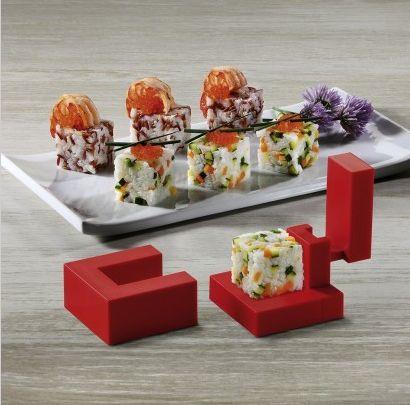 De Rice Cube sushi maker is gemaakt van kunststof. Gebruik de rode sushicube om kubusvormige sushi te maken met een lengte-, breedte- en hoogtemaat van 3,2 cm.