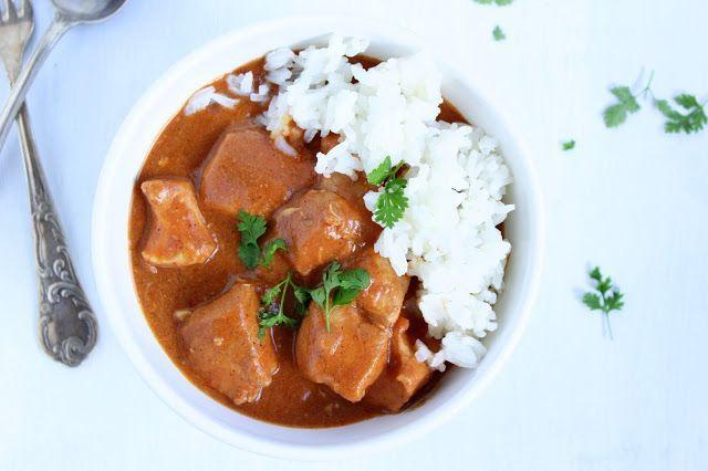 … ein indisches Hühnerfleichgericht. Einmal gegessen und ihr werdet es immer wieder tun. So cremig, tomatig, würzig, total lecker.    Ihr benötigt für 4 Portionen : ♡ 1 Zwie…
