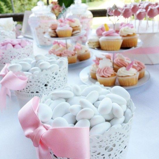 Confetti bianchi e nastri rosa