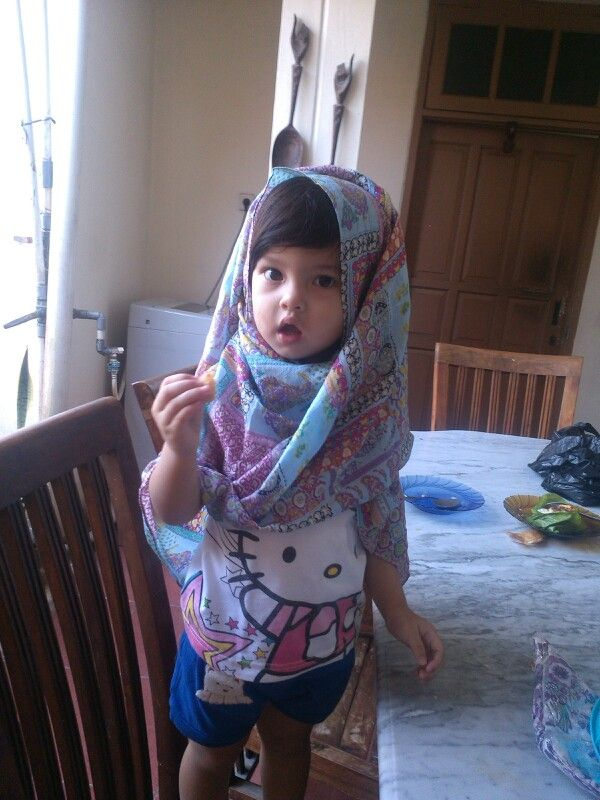 Kakak aisyah nyobain jilbab jualannya tante amel..klo cocok mau borong :D