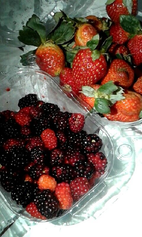 Las moras contiene mucha vitamina E y C. Es una fruta con un alto poder antioxidante, ayuda a prevenir enfermedades, además te ayuda a tener dientes sanos y encías saludables.  Las fresas están cargadas de antioxidantes, tiene un alto número de vitaminas, ayuda a desinflamar, también tiene un efecto antienvejecimiento, te ayuda a perder peso, son bajas en calorías y ayuda a tu sistema óseo.