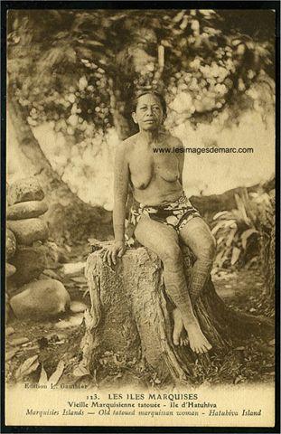 """Les Iles Marquises, île d'Hatuhiva : """"Vieille Marquisienne tatouée"""". Carte postale ancienne, circa 1900. Original document. www.lesimagesdemarc.com"""