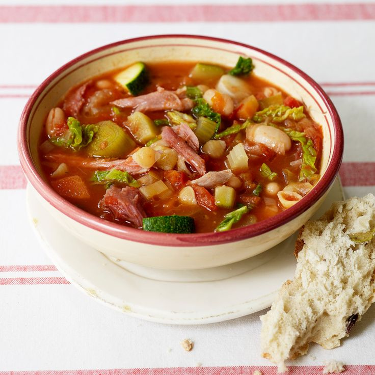 Deze rijkgevulde Italiaanse soep is perfect als voorgerecht, maar serveren tijdens de lunch kan natuurlijk ook. Maak de minestrone een dagje van te voren, dan is hij nog lekkerder!    1 Doe de ham, ui,kruiden, plus2 gehalveerde wortels en...
