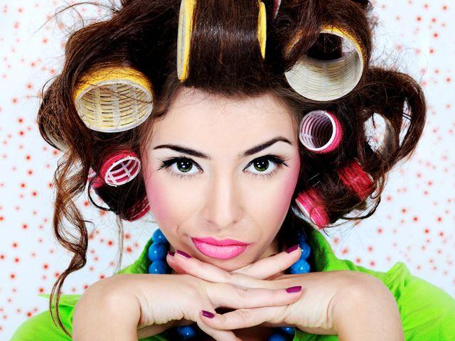 Как выбрать бигуди Прямые волосы смотрятся очень красиво и элегантно, но иногда так хочется поэкспериментировать и превратиться в ангела с блестящими локонами, или в чертенка с волосами, вьющимися мелким бесом. Воплотить фантазии в жизнь помогают бигуди.