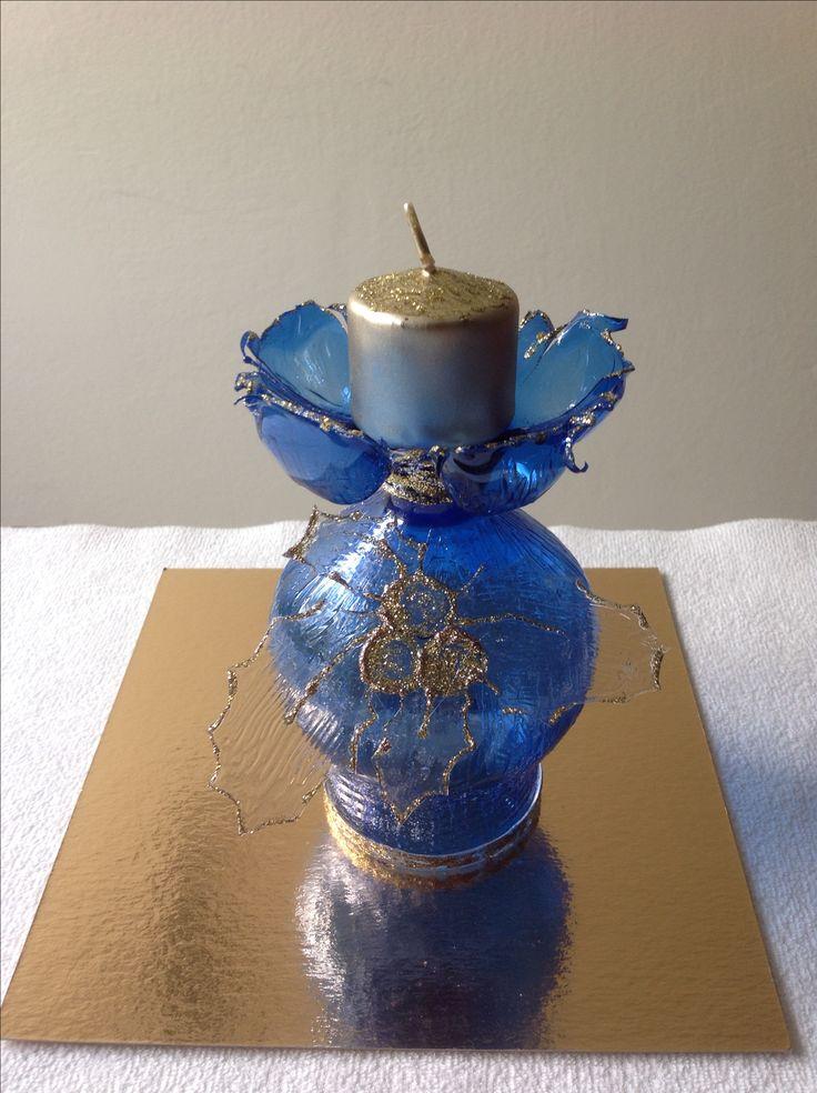 A Natale un tocco di blu per una tavola elegante e in festa. Portacandele con plastica riciclata.