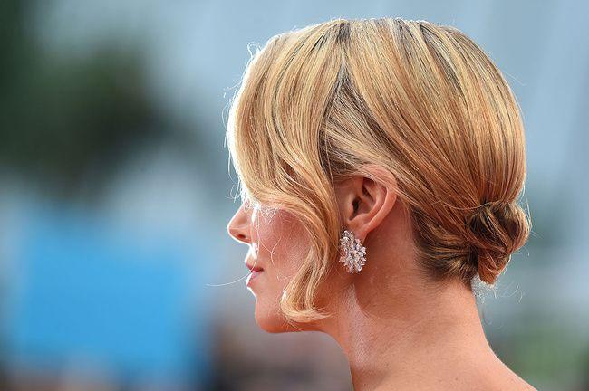 Charlize Theron con aretes de diamante Chopard / Charlize Theron with Chopard diamond earrings.