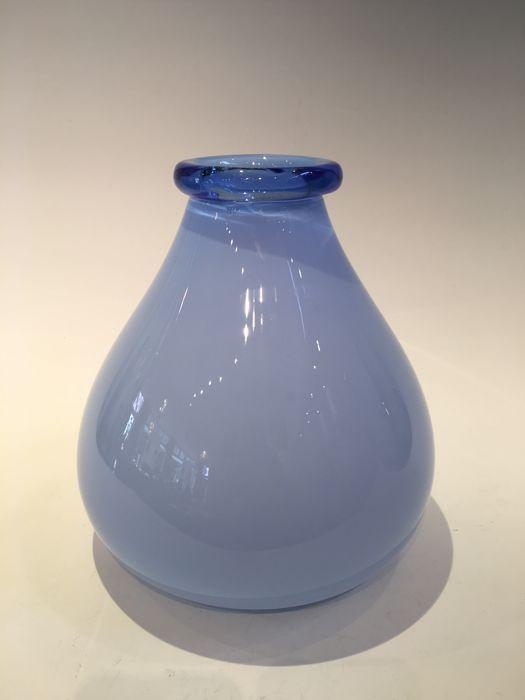 Blauwe vaas met Pauly & c.Label  hoogte = 25 cmdiameter = 21 cmPauly & C.-Compagnia Venezia Murano is een Venetiaanse bedrijf dat glaskunst produceert.Dit stuk is mogelijk ontwerp van Carlo Scarpa gemaakt tussen 1940-1950 met een label vanPauly & c.Pauly was de verkoop van die stukken in hun eigen showroom wanneer het kopen van de kunstenaar van fabriek waar het geproduceerd van de kunstwerken van glasBlauw-opalinezeldzame objectmet pauly & c. labelgoede conditie  EUR 100.00  Meer informatie
