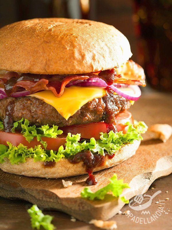 Hamburger American - Gustare un Hamburger americano significa assaporare un po' di atmosfera degli USA. Golosissimo e perfetto per un pranzo o una cena davanti a un bel film! #hamburgeramericano
