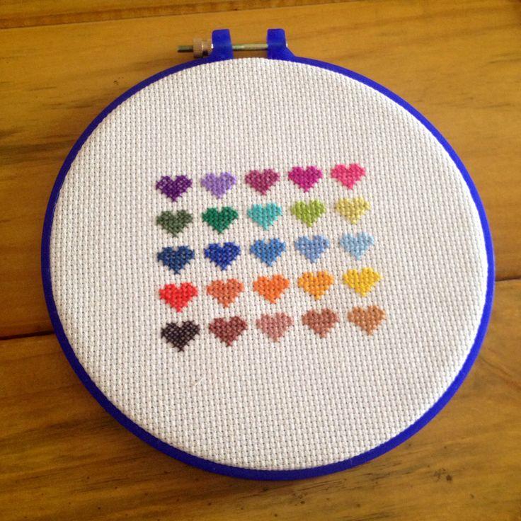 love is in the air - bordado manual com tecidos e linhas em 100% algodão, bastidor em plástico com 20cm de diâmetro.