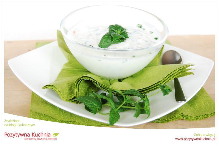 Raita miętowo-jogurtowa - dodatek do głównych dań kuchni indyjskiej  http://pozytywnakuchnia.pl/raita-jogurtowo-mietowa/  #raita #przepis #jogurt #kuchnia