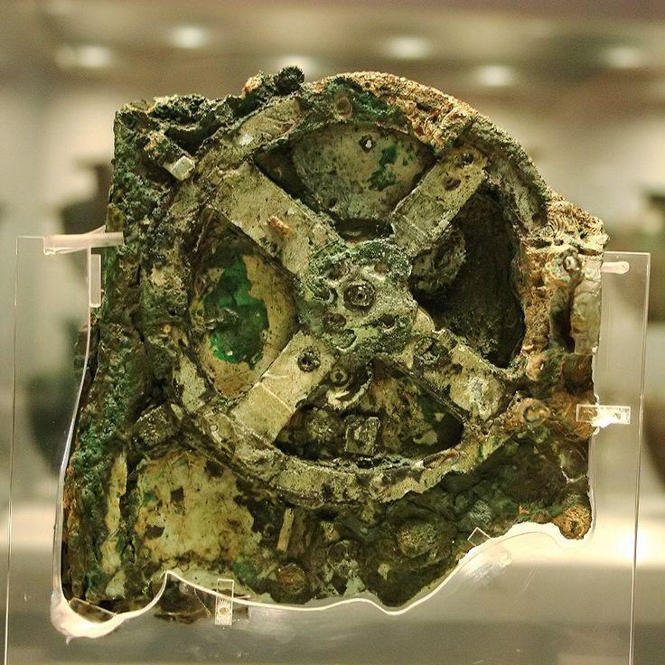 ANTIKYTHERA. El mecanismo de Anticitera fue creado hace mas de 2000 años y descubierto hace 100. De una complejidad y exactitud en términos tecnológicos actuales, servía para predecir ciclos lunares, solares, planetarios e incluso eclipses. Museo Arqueológico Nacional de  Atenas.