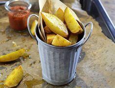 Potato Wedges sind eine super Beilage, die außerdem schnell zubereitet ist. Grobes Meersalz und würziger Cayennepfeffer machen das Rezept zum Erfolg.