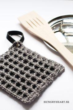 Så här gör du stilrena, virkade grytlappar med våffelmönster i 3D. Som hängare används återbrukat läder (eller fuskläder) från ett skärp.